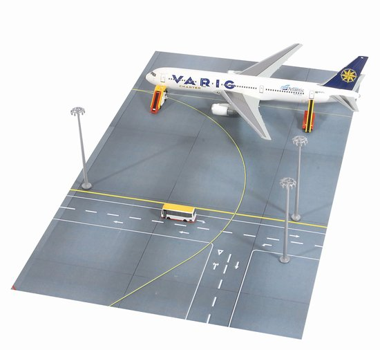 Varig Charter 767-300ER (1:400) with Taxiway and Ground Support Vehicles